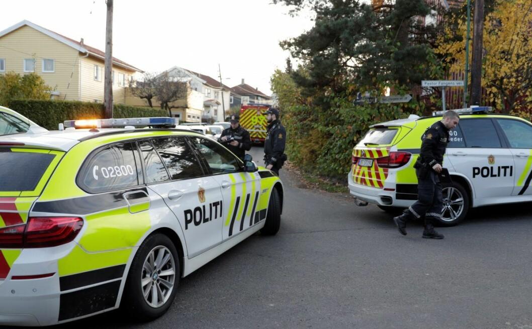 � Bombegruppen har nå undersøkt gjenstanden i bilen. Den er definert til ikke å være farlig, opplyser politiet. Foto: Stian Lysberg Solum / NTB scanpix