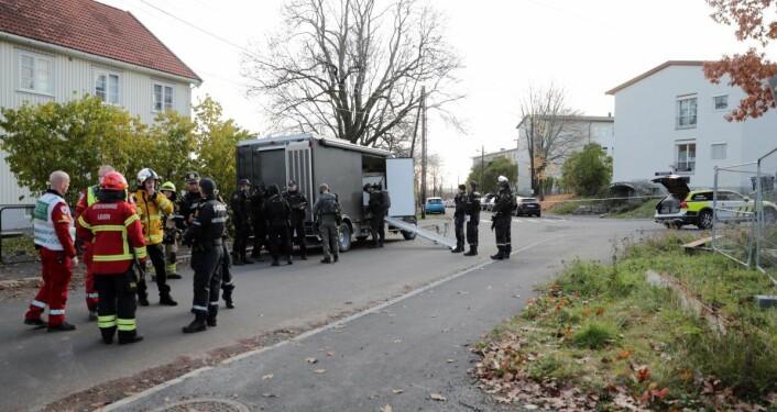 Bombegruppa på plass etter at forbipasserende varslet politiet om en mistenkelig gjenstand i en parkert bil i Pastor Fangens vei. Foto: Stian Lysberg Solum / NTB scanpix