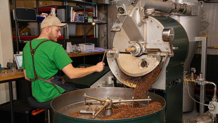 Ali Can Pandul har full kontroll på produksjonen hos Fuglen Coffee Roasters i Gamlebyen. Totalt finnes Fuglen på fem steder i Oslo og Tokyo. Foto: Hilde Kari Nylund