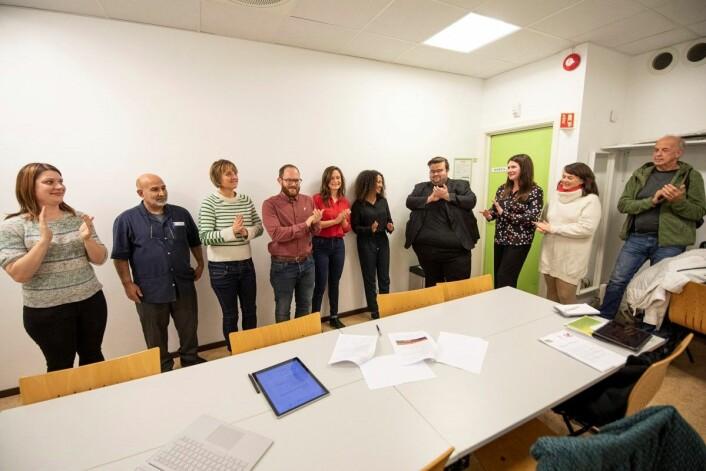 Rødgrønne samarbeidspartier i bydel Sagene gir seg selv en applaus etter å ha blitt enige om både politikk og valgteknisk samarbeid de neste fire årene. Foto: Olav Helland