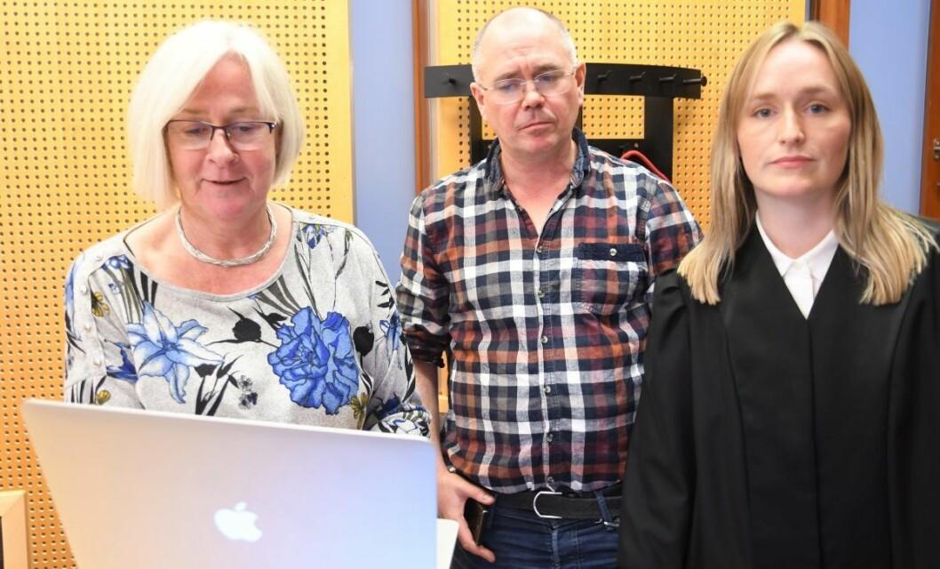 Advokat Berit Jagmann (tv) og advokatfullmektig Oda Bjørvik mener politiet ikke hadde grunn til å bortvise Stig Berntsen fra Karl Johan 15. august. Foto: Christian Boger