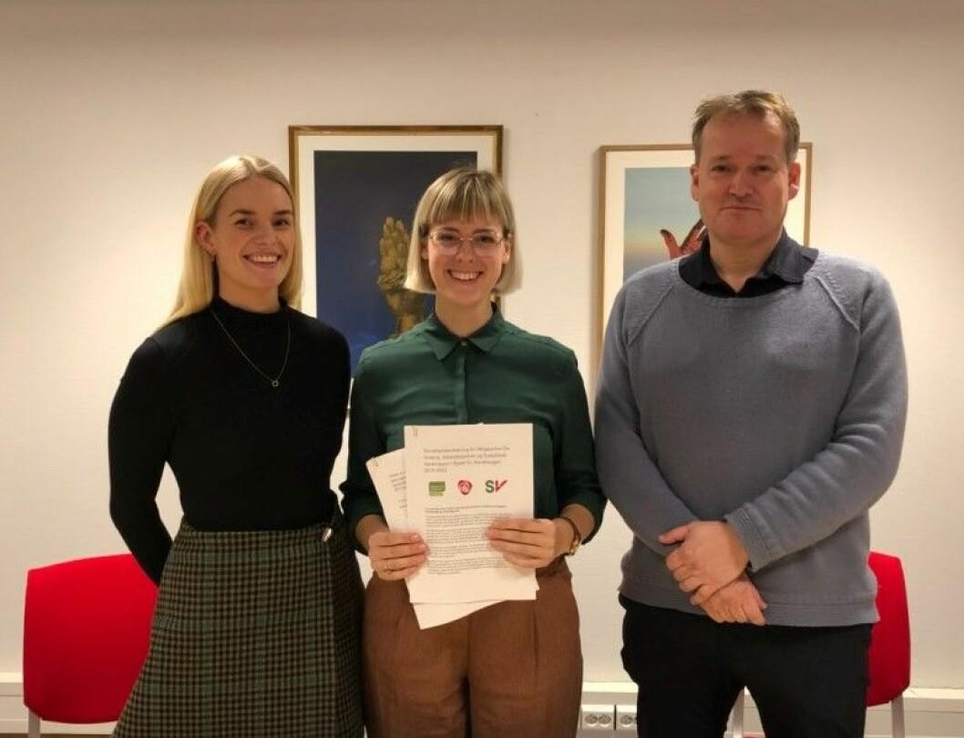 Fra venstre; Nina Zimmer (SV), Ingrid R. Fjellberg (MDG) og Gudmund Brede (Ap) med samarbeidserklæringen de tre partiene er enige om i St. Hanshaugen bydelsutvalg. Foto: Bydel St. Hanshaugen