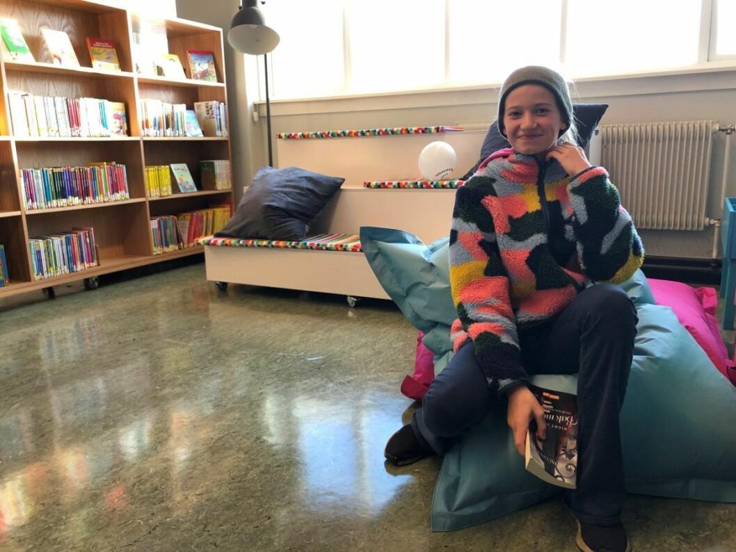Eva Holzweiler Røe 7A finner sin bok på det nye biblioteket. Foto: Mona K. Døvik