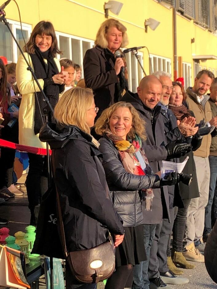 Byråd Rina Mariann Hansen til venstre bak. Med mikrofon rektor Lene Rønning-Arnesen. Foran står dugnadsgjengen. Foto: Mona K. Døvik