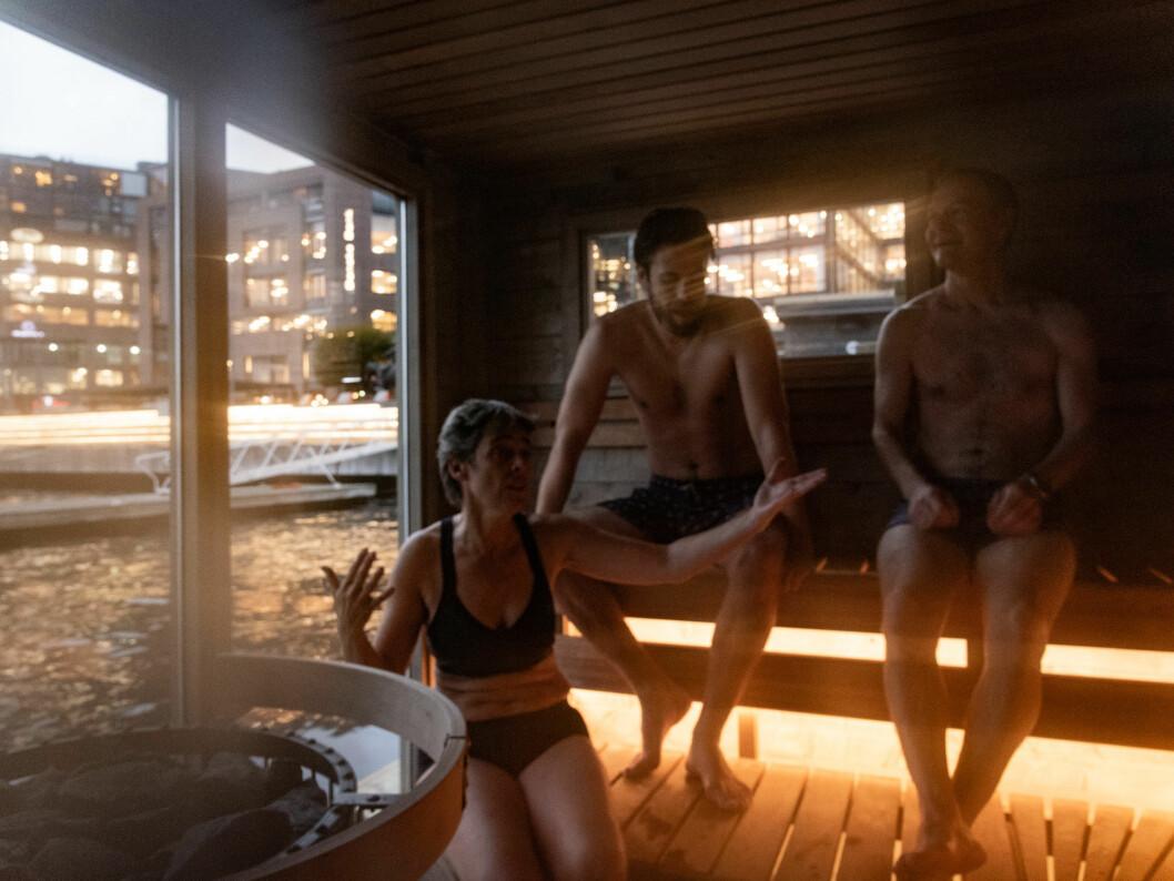 Det er fortsatt mørkt ute når Kari Hirth, Christian Hansson og Magnus Lorentzen tar fjordbadet og stuper inn i badstuen. Foto: Bjørnar Morønning