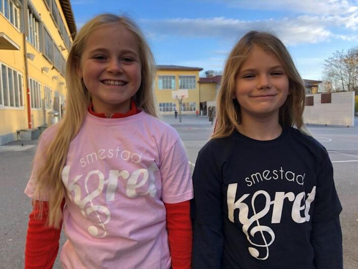 Lilly Vagle Leknessund og Leona Aurdal Fossen, 4B og 4C er med i skolekoret. Foto: Mona K. Døvik