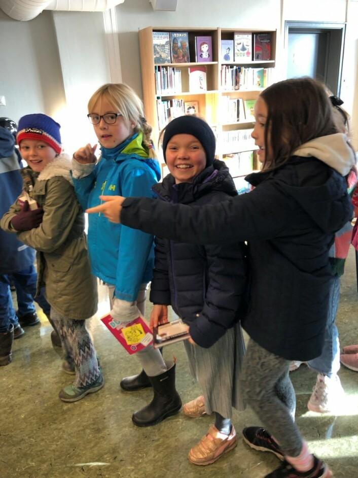 Jenny Horgen Hinze, Hermine Wegner Andersen, Lykke Helene Dolve og Nina Skryseth får ta den første titten på biblioteket. Foto: Mona K. Døvik