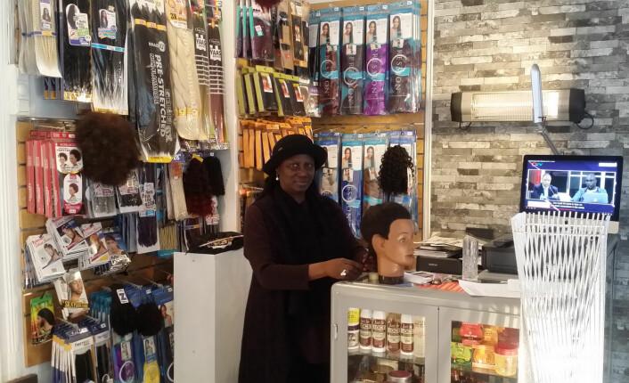 Saffie Carew er innehaver av frisørsalongen Carew's Roots. Foto: Åsmund Berge