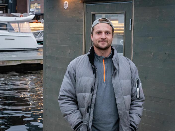 Grunnleggeren bak GreenBoats, Dean Hansson, er opptatt av at badstuene skal være et tilbud for alle. Selv bader han hver dag, uansett vær. Foto: Bjørnar Morønning