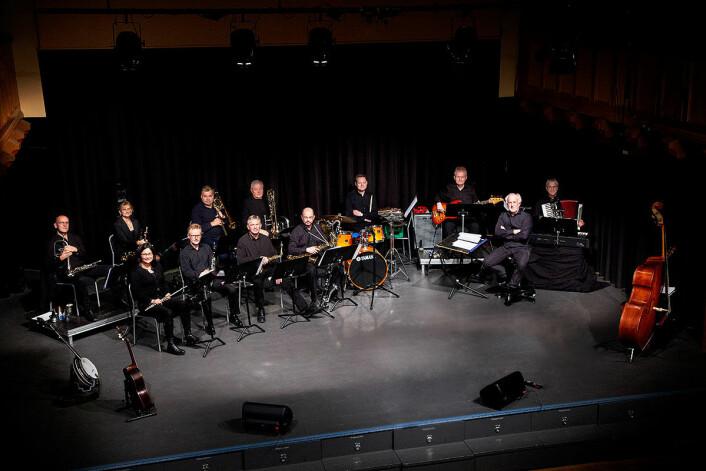 Cabaretorkesteret består av musikere fra Sagene Janitsjar. Her er de klare for innsats, med Svendsens banjo og Klevstrands gitar også klare. Foto: Åse Marie Mikkelsen