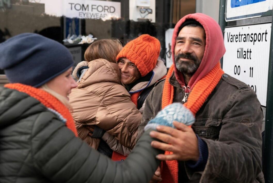 � Det oransje skjerfet er til mennesker som fryser, til mennesker som vil vise sin solidaritet med mennesker som fryser og som opplever utenforskap, og til mennesker som vil vise sitt ønske om et varmere og mer inkluderende samfunn. Foto: Torstein Ihle / Kirkens Bymisjon
