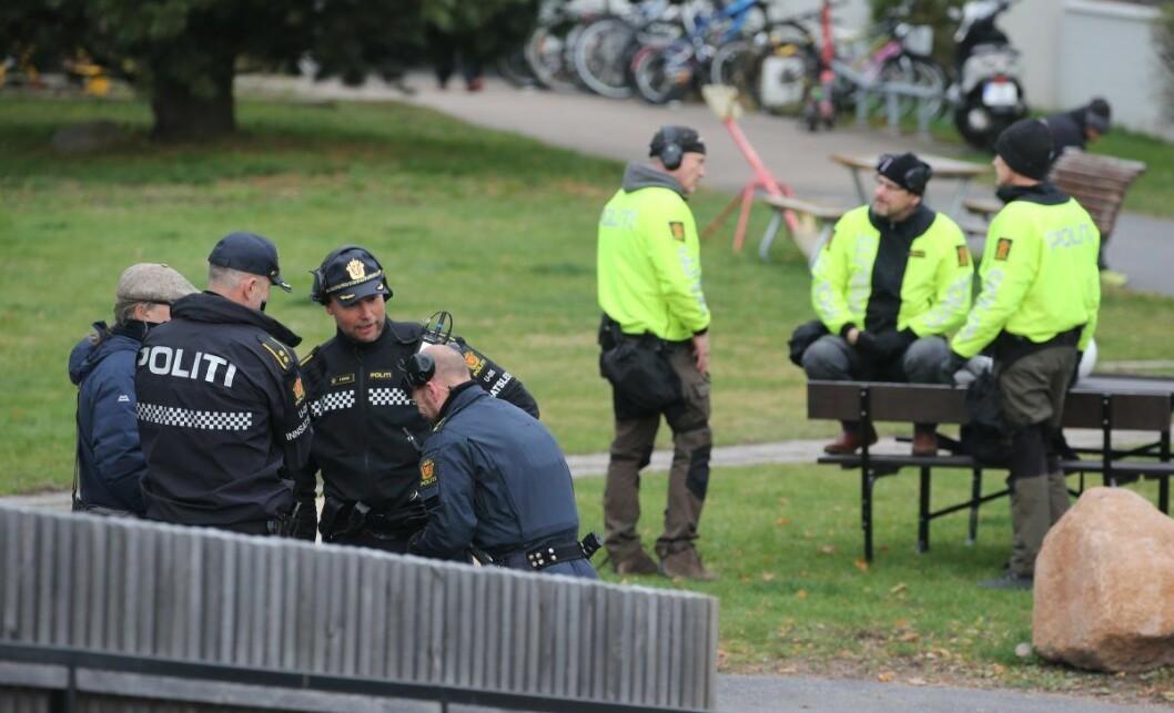 Politiet på plass ved Sinsen der det skal ha vært et høyreekstremt arrangement. 40-50 motdemonstranter var også ved stedet. Foto: Ørn E. Borgen / NTB scanpix