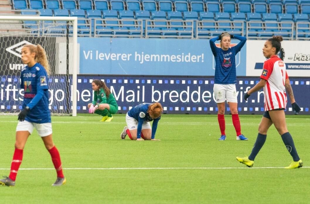 Vålerenga-jentene depper etter  ha gitt bort seieren mot Avaldsnes med det siste sparket på ballen lørdag. Foto: Bjørnar Morønning