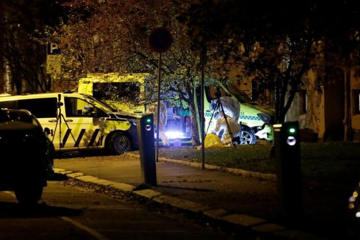 Ambulansen ble til slutt presset av veien og kolliderte inn i portrommet ved en bygård på Torshov. Foto: Stian Lysberg Solum / NTB scanpix