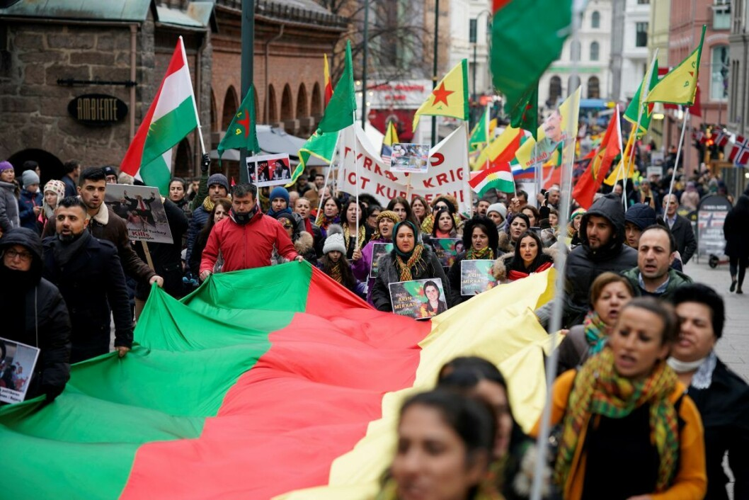 De kurdiske demonstrantene gikk fra Jernbanetorget, forbi Kirkeristen og til Youngstorget. Denne gangen uten at det ble bråk. Foto: Cornelius Poppe / NTB scanpix