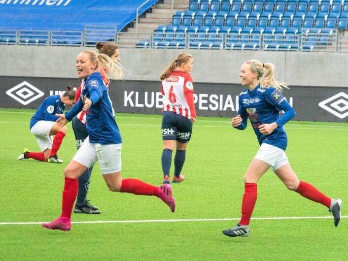 Victoria Ludvigsen jubler for målet hun trodde sikret Vålerenga-jentene seriesølvet. Slik ble det ikke. Nå Må VIF avgjøre borte mot Arna Bjørnar om to uker. Foto: Bjørnar Morønning