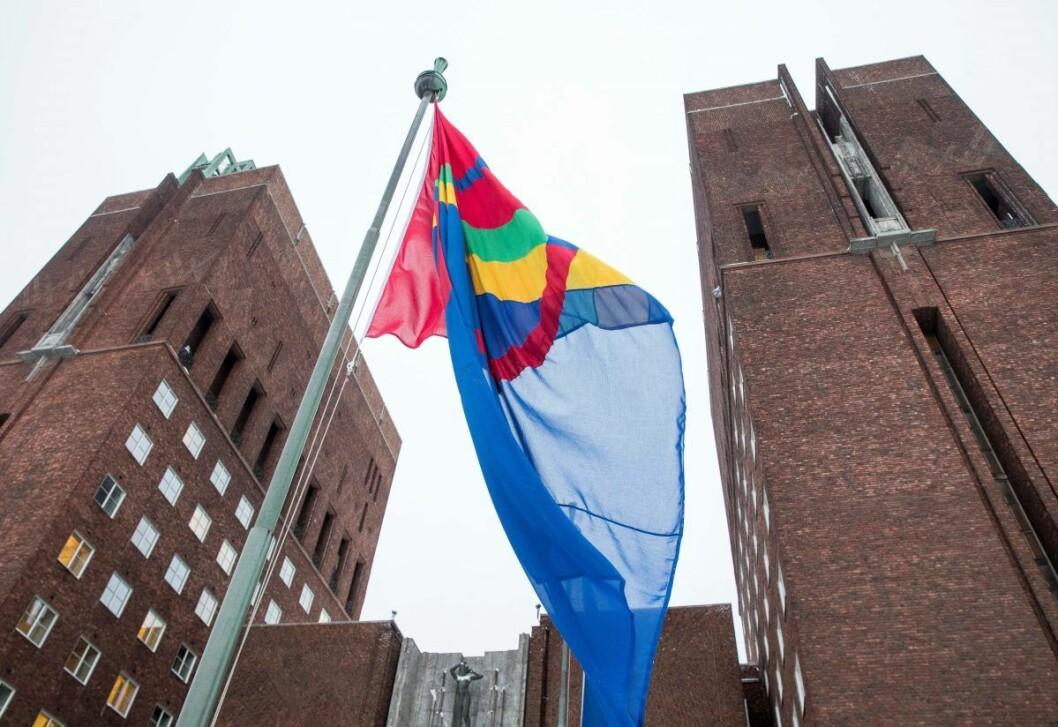 Det samiske flagget blir heist på samefolkets dag, 6. februar hvert år, ved Oslo rådhus. Nå har Ap/SV/MDG-byrådet slått fast at Oslo bør få et offisielt samisk navn. Foto: Terje Pedersen / NTB scanpix