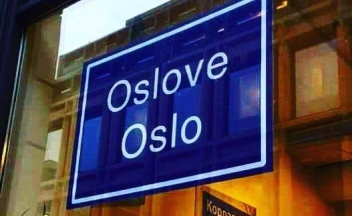 """Skiltet """"Oslove Oslo"""" henger i Samisk Hus i landets hovedstad. Foto: Samisk Hus"""