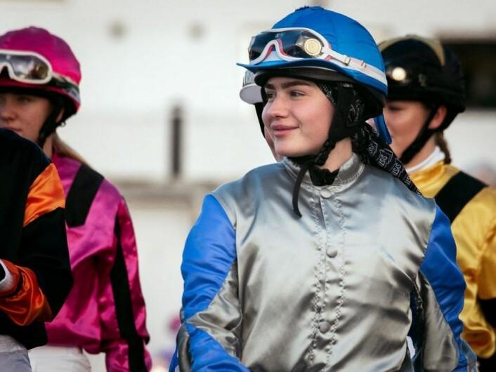 Av de ni hestene i amatørløpet ble åtte ridd av kvinnelige ryttere. Det er hesteeierne som eier og bestemmer fargen på drakten. Viktorias drakt er eid av Stall Running Expences
