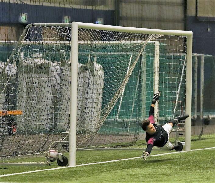 Gamle Oslos keeper måtte ut i full bredde i forsøkte på å nå ballen fra Sagene. Foto: Arvid Sivertsen