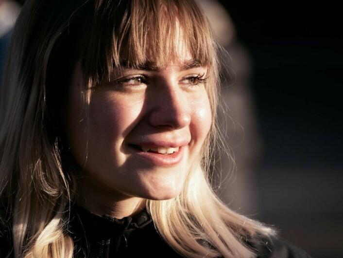 Viktoria Aurora Hughes i novembersola på Øvrevoll. � Jeg er takknemlig for hva hestene gir meg, sier hun