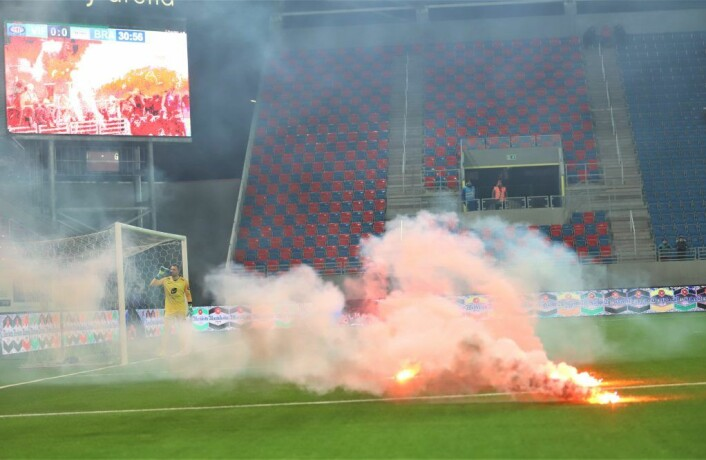 Kampen mellom VIF og Brann ble stoppet i cirka fire minutter mens banen ble ryddet. Foto: André Kjernsli