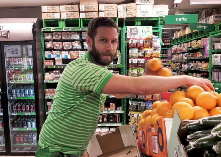 Butikksjef Ole Martin Stenseth hos KIWI nærmest sjonglerer med appelsinene. Frukten får han levert fra lastebiler parkert i Lambrechts gate. Foto: Anders Høilund