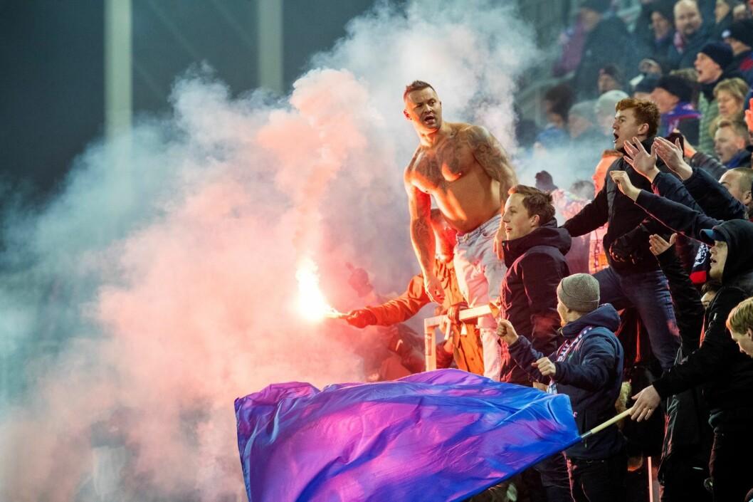 Vålerenga supportere med pyro under eliteseriekampen i fotball mellom Vålerenga og Brann på Intility Arena Foto: Berit Roald / NTB scanpix