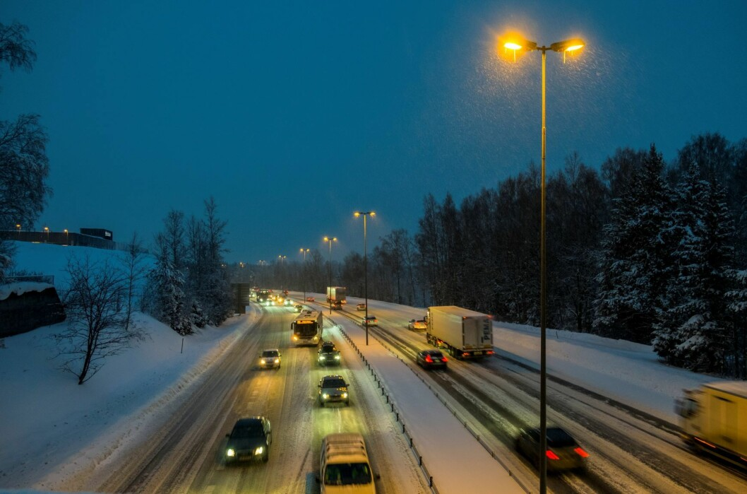 Nedbøren på fredag og lørdag kan komme som både sludd og snø, og kan by på konsekvenser for trafikantene. Snøvær på E6 ved Skedsmokorset i fjor vinter. Fredag og lørdag skal den igjen dale hvitt på Østlandet. Foto: Vidar Ruud / NTB scanpix