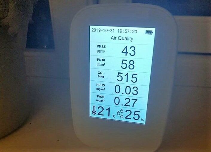 � Luftkvaliteten på Carl Berner etter et par minutters lufting. Finkornet støv på 2.5 og 10 microgram er dessverre skyhøyt over helseskadelig nivåer for mange med hjerte-, blodkar- og lungelidelser og for eldre med dårlige helse, forteller Dragnes. Foto: Nikolai Dragnes