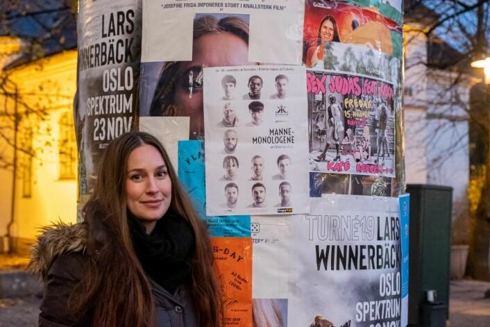 Den ferske teaterregissøren viser stolt frem plakaten på sin kommende forestilling, Mannemonologene. Foto: Erik Holland Haukebø