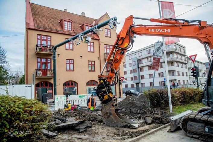 Flyttingen av den mye omdiskuterte bomstasjonen i Sandakerveien er i gang. Masten til bomstasjonen flyttes over på den andre siden av veien. Foto: Stian Lysberg Solum / NTB scanpix