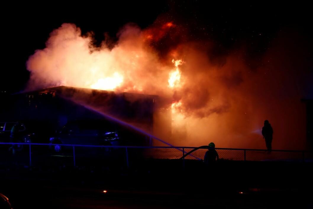 Et garasjeanlegg står i full brann på Haugerud i Oslo. Foto: Terje Pedersen / NTB scanpix