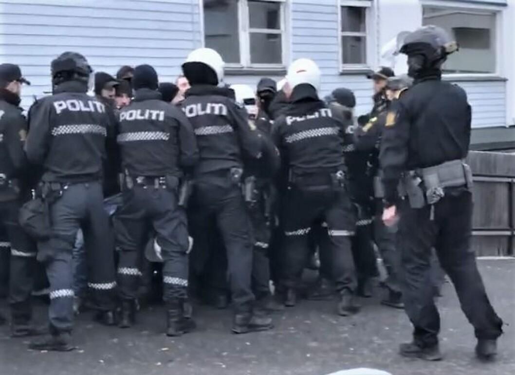 Politiet er i ferd med å arrestere og transportere bort 28 antirasister. Foto: Privat