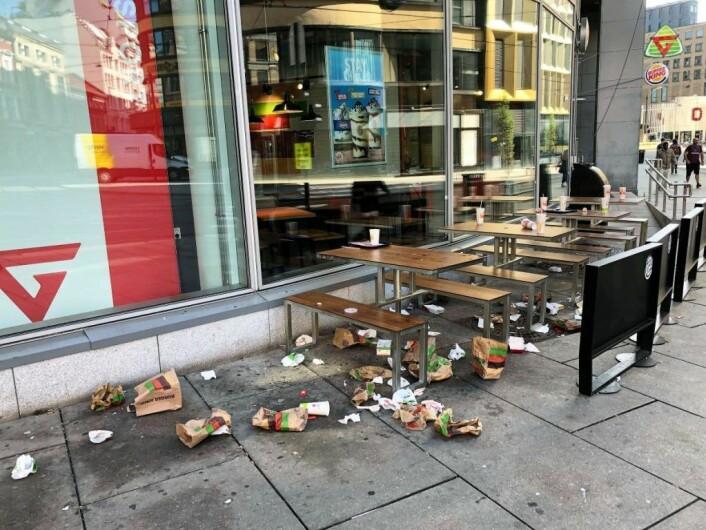 Utenfor Burger King i Storgata lå det an til rottefest i august. Matrester på bakken er kjærkomment fôr for byrottene. Foto: Lars Dalen
