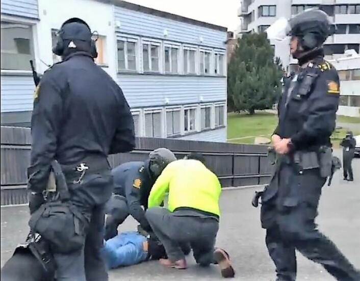 Her blir en demonstrant holdt nede av to politimenn. Politimannen til venstre holder en schæferhund. Foto: Privat