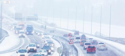 Snø og svært glatte veier forsinker trafikken