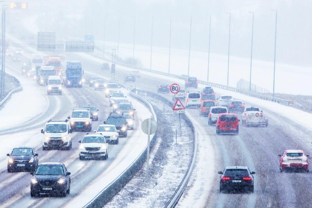 Tett trafikk på E18 gjennom Bærum fredag formiddag, der snøvær førte til glatte veier. Foto: Ørn E. Borgen / NTB scanpix