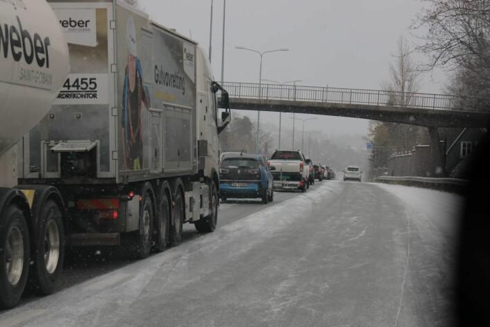 Tett trafikk på E 18 gjennom Bærum fredag formiddag, der snøvær førte til glatte veier. Foto: Ørn E. Borgen / NTB scanpix