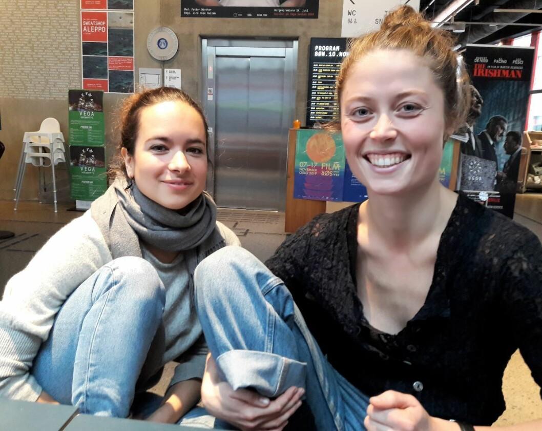 Sirkusartister sitter ikke som andre folk på stolen. Tamar Ohana Goksøyr (til venstre) og Mari Dahl Stoknæs beviser det. Foto: Anders Høilund