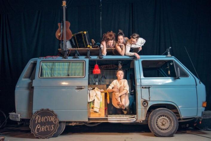 Tractor Circus Project består av Elona Planman, Tamar Ohana Goksøyr og Linn Holm på taket av folkevognbussen. Mari Dahl Stoknæs henger etter håret inne i bilen. Foto: Einar Kling-Odencrants