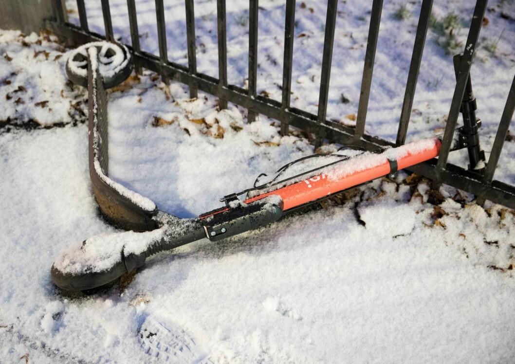 En nedsnødd sparkesykkel i Oslo gater. Foto: Terje Pedersen / NTB scanpix