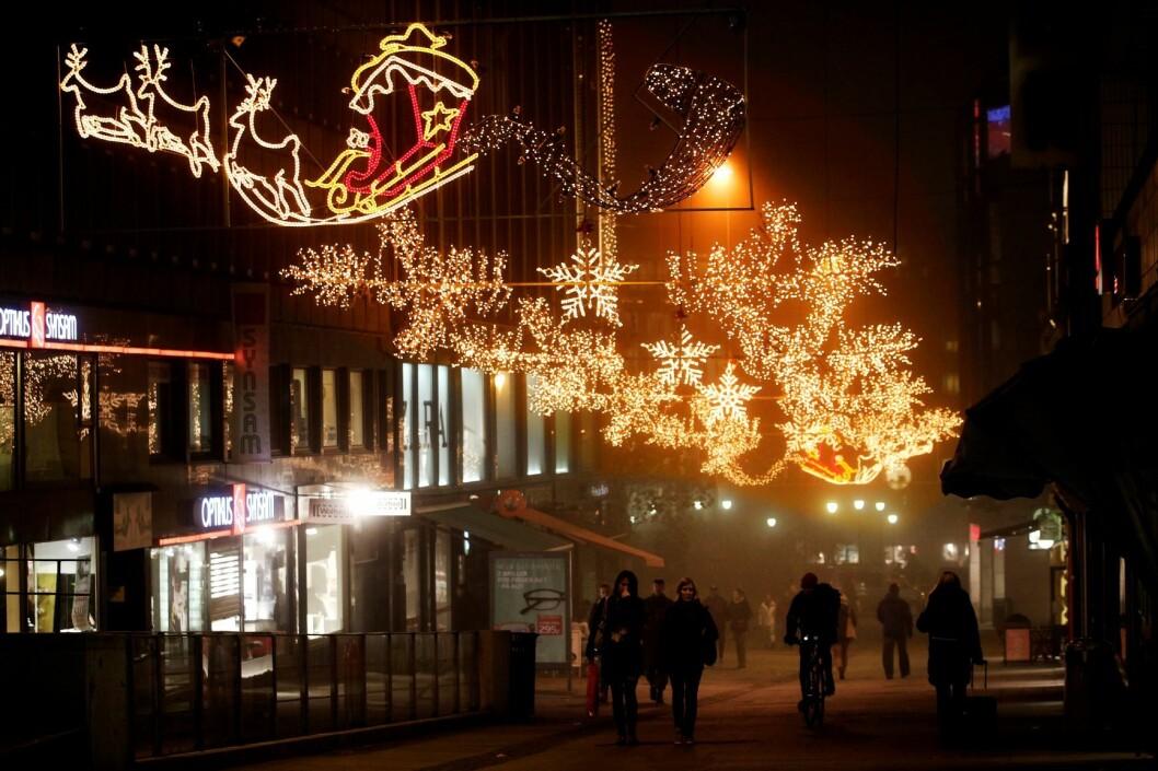 Julebelysning i Nedre Grensen. Årets juleshopping vil nå nytt rekordnivå, hvis handelsbransjens egne tall slår til. Foto: Erlend Aas / Scanpix