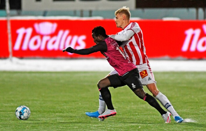 Tromsøs Eric Smith i duell med Vålerengas Mohammed Abu i kampen mellom Tromsø og Vålerenga. Foto: Rune Stoltz Bertinussen / NTB scanpix