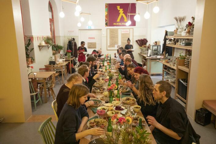 Baristaene fra =Kaffe er vant til å servere andre. I kveld er det de som blir servert. Foto: Olav Helland