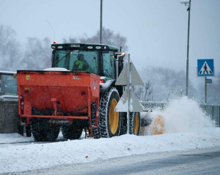 Store mannskaper var ute og brøytet veiene mandag. Foto: Lise Åserud / NTB scanpix