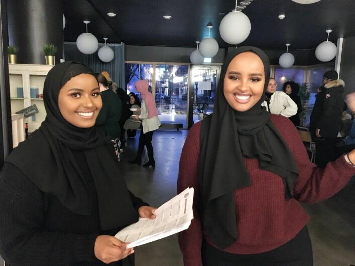 Arafo Ali Jama og Hana Ahmed delte ut stemmesedler til deltakerne på folkemøtet. Foto: Vegard Vellle