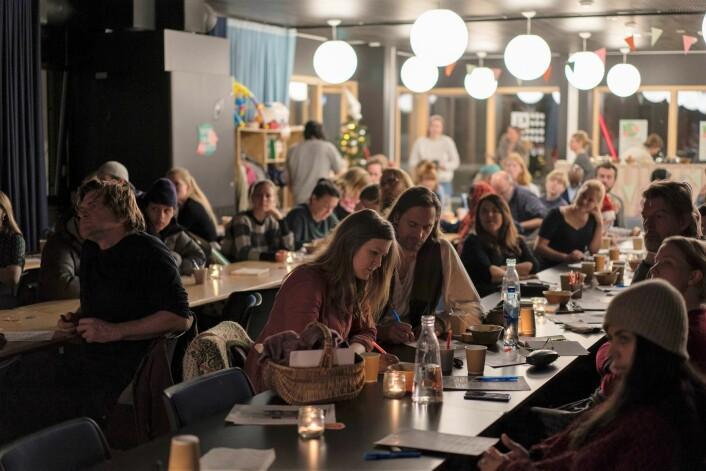 Godt oppmøte fra lokalbefolkningen på Tøyen for å bestemme hvem som skal få prege nærmiljøet i de neste par-tre årene. Foto: Oda Berby