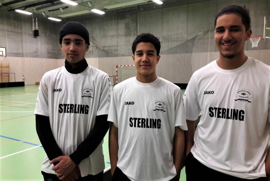 Ayoub, Souhaieb og Muhamed er ansatt av Sterling for å være aktivitetsledere i Vahl flerbrukshall. Foto: Andes Høilund