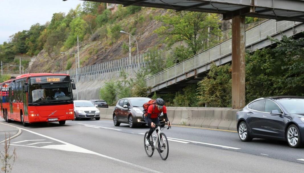 Ivar Grøneng på sykkel langs strekningen på Mosseveien der han ble stanset og etter hvert tiltalt for å ha brukt kollektivfeltet.